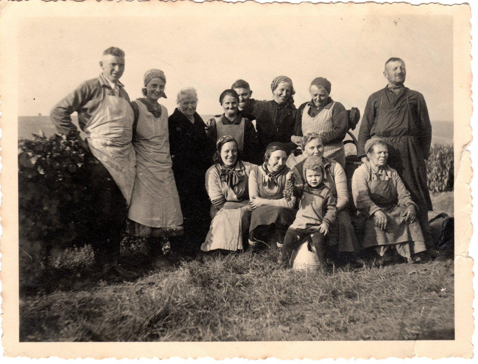 Herbst 1934 links Gustav und Charlotte Strub vorne mit Traube Helmut Strub